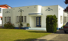 50 Tom Parker Avenue, Marewa, Napier (f0rbe5) Tags: blue newzealand white house green architecture 350d design 2006 100v10f northisland artdeco suburb avenue napier aotearoa streamline marewa streamlineartdeco tomparkeravenue ourspacenz 50tomparkeravenue
