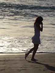 Paseando (Tere Duro) Tags: espaa woman beach water contraluz mujer sand agua europa playa arena orilla espuma lafoodelasemana tereduro lfsneruda
