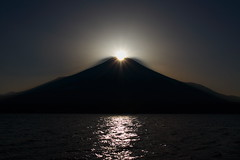 Diamond Fuji. (skyseeker) Tags: sunset sky sun mountain japan clouds montagne sunrise star soleil fuji space diamond ciel astronomy universe nuages japon espace solarsystem coucherdesoleil leverdesoleil fujiyama toile astronomie univers abigfave travelerphotos systmesolaire
