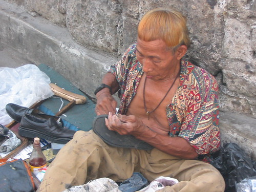 Quezon City shoe repair man sidewalk Pinoy Filipino Pilipino Buhay  people pictures photos life Philippinen  菲律宾  菲律賓  필리핀(공화국) Philippines