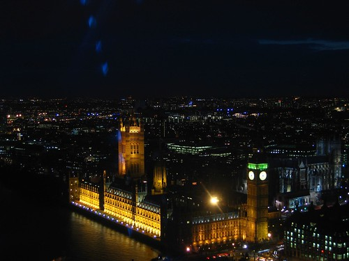 Big Ben shines in the night