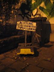IMG_0624.jpg (lfoflo) Tags: berlin sign writing schild font parkplatz schrift doof rechtschreibung urinieren pissen pinkeln buesche pullern buchstabenreihenfolge