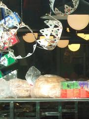 Restes del tortell de Reis (Orfeu en busca) Tags: aparadors menges