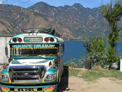 Chicken Bus on Lake Atitlan por Georgia Timewell.