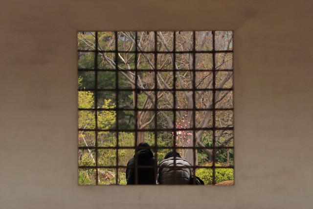別世界の格子窓