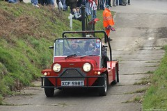 "Mini Moke ""Cub"" Up the hill (Dazecoop) Tags: red meeting mini moke 2007 brooklands canonef70200mmf4lusm 400d canon400d kcf598t"