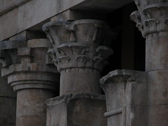 Egipto en Madrid (Egypt in Madrid) (madriguera) Tags: madrid pink españa monument temple gris spain darkness stones monumento capital columns egypt rosa sombra egipto façade colonnade piedras madriguera columnas templodedebod greyish capitel columnata frontispicio
