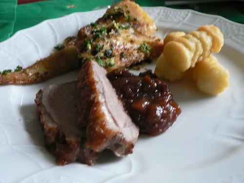 Knusprige Entenbrust mit Parmesan-Pastinaken, Chutney und Kroketten