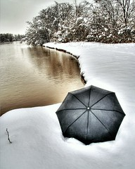 Rio Grande with snow and umbrella (JoelDeluxe) Tags: christmas brown snow newmexico water rio umbrella river wonder grande agua stream nieve albuquerque neve newyears neige nm joeldeluxe paraguas muddy hdr riogrande fleuve parapluie southvalley guardachuva 3xp снега snowstormofthecentury эгидой реке dellombrello