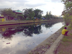 pitch black river (Irman Fauzi) Tags: river jakarta bau sungai banjir jorok sampah n73