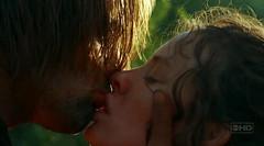 Sawyer y Kate se besan apasionadamente en Perdidos