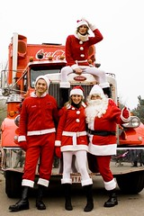 Santa & his helpers (The_Jorr) Tags: santa christmas truck cola centerparcs coca helpers thejorr
