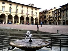 Preis, Ehr und Hochgesang (amras_de) Tags: italien italy fountain spring italia platz brunnen tuscany marketplace toscana markt marktplatz toskana arezzo arretium