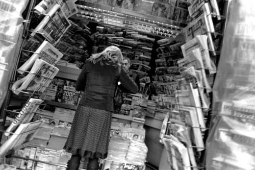 Le kiosque à journaux - Paris, octobre 2006 par Seb C