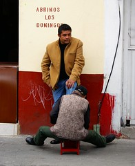 Sunday's Open (Jesus Guzman-Moya) Tags: street portrait man mxico mexico calle retrato puebla hombre bolero chuchogm sonydslra100 shoescleaner jessguzmnmoya goldenphotographer