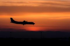 Avion au couch de soleil (Laurent Moulin photographie) Tags: avion au couch de soleil photo silhouette orange et noir aeroport lyon saint exupry atterissage landing exupery sunset