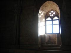 la fonte (Peppe - pepp/etta - Allegretta) Tags: light shadow italy window licht italia south ghost ombra finestra castello puglia luce sud murgia casteldelmonte fantasmi