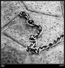 En Cadena... (z-nub) Tags: blackandwhite bw blancoynegro film zoe pentax bn minimalismo carrete analogica suelo cadena analogic minimalista znub zoelv formatocuadrado bnysimilares cuadraditas cuadradita zoelópez cuadradosverticales sinacento