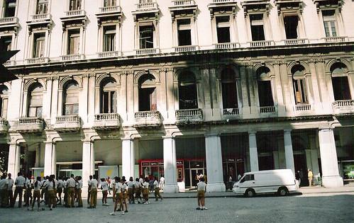 Estudiantes en La Habana por rutilante technicolor.
