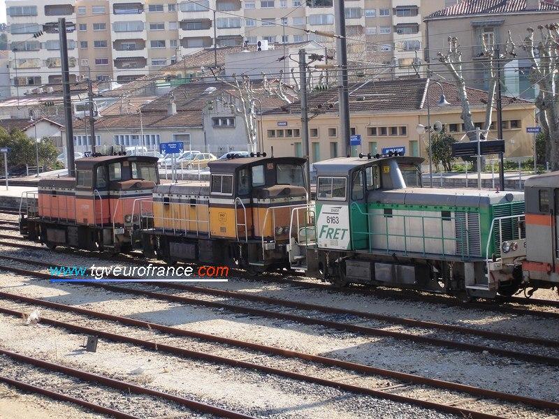 Deux locotracteurs Y 8000 et un Y 8400 stationnent en gare d'Aubagne le 29 janvier 2005.