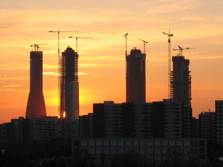 foto torres al amanecer