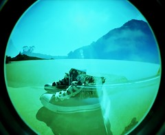 Converse! (DavidGorgojo) Tags: beach 35mm sand kodak slide playa fisheye arena converse pelicula elitechrome allstar chucktaylor diapositiva zapatillas diapo ojodepez dobleexposición playeros