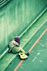 Mann mit Hut und Gitarre (jpk.) Tags: mann obdachloser gitarre tüte adidas london armut hoffnunfslosigkeit beton asphalt strase kälte street homeless hopeless cold man crossentwickelt crossprocessed ©janphilipkopka
