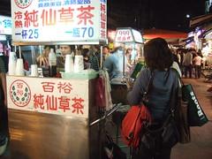 通化夜市三鏢客-背著大家的背包也想喝仙草茶