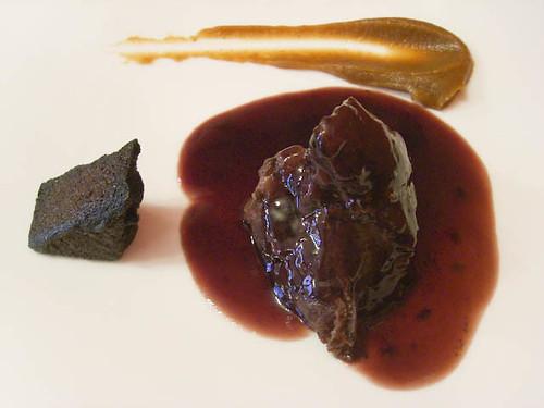Carrillera de ternera mamona del Valle del Esla con polenta cocida al vino y compota de reineta asada