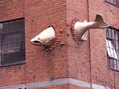 fish & bricks (Mamluke) Tags: sculpture fish west building brick architecture oregon corner portland de restaurant arquitectura nw northwest or bricks edificio masonry salmon pacificnorthwest architektur pdx portlandoregon costruzione bâtiment gebäude architettura architectuur bouw southwestseafood