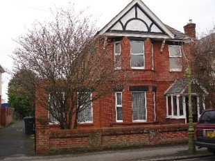 1st FF ~ 2 Beds ~ All Large Rooms ~ 15 mins walk to work