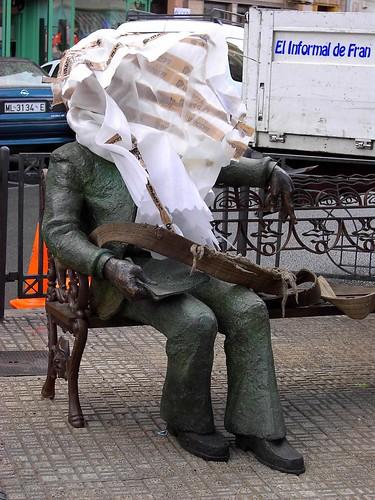 Hombre sentado banco