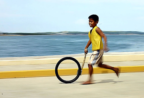Marcelo Fernan Bridge cebu boy playing with tire Pinoy Filipino Pilipino Buhay  people pictures photos life Philippinen  菲律宾  菲律賓  필리핀(공화국) Philippines