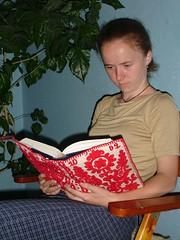 27 juin Enikö reads (Julie70 Joyoflife) Tags: 2005 people june reading romania transylvania kolozsvar cluj clujnapoca hungarian roumanie revisited kertesz peoplereading erdély kolozsvàr erdely birthtown kertész transylvaia juliekertesz
