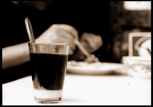 นมข้นรองก้น จะกินแล้วค่อยๆคน ว่ากันว่าถ้าชอบหวานน้อย ให้คนนิดเดียว แล้วทิ้งส่วนที่เหลือให้นอนก้นไว้แบบนั้น