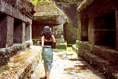 sarong photo girl. (marshma11ow) Tags: bali gunung ubud kawi