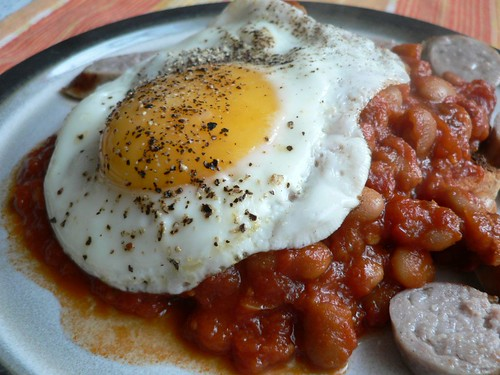 Baked beans on toast with sausages and fried egg