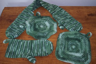 Knitting Pattern Oven Gloves : Ravelry: Hot Out of the Oven Set: Casserole and Oven Mitts pattern by Knit Pi...