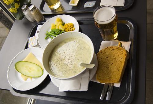 EFIT 2007-04-19, 12:14: Lunch på Blues, bestående av nässelsoppa med ägghalva, sallad och bröd