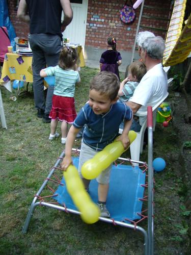 Kaelan op de trampoline met de balonnekes