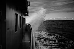 Aufprall (MartinWauryFotografie) Tags: photography fotografie vsco boot gischt himmel meer ostsee rügen schaum schwarzweiss spritzer wasser wolken