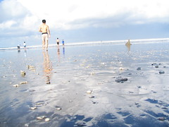 run for cooldip (qoomonster) Tags: bali beach me indonesia ivan donald amos kuta 2007 morningdip yahooseagetaway2007