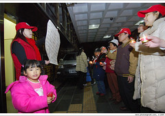 sing for public prosecutors , 2007/2/1 pm 21:04:29 (*dans) Tags: protest taiwan photojournalism demonstration taipei 2007 nonviolence anticorruption antigraft  depose deposechen anticorruptionanddeposechen   onemillionpeopleagainstcorruption    millionvoicesagainstcorruption 20070201