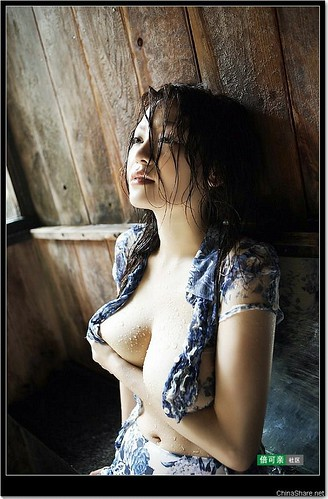 Sexy Asian Girl in Sexy Wet Pose