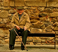 old man in the old city (_tonidelong) Tags: old españa man spain oldcity extremadura caceres cursodefotografia unex ph225