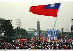 opposition parties protest over election, 2004/04/10 pm 17:35 (*dans) Tags: 2004 flag protest taiwan demonstration taipei journalism  presidentialoffice    notruthnopresident