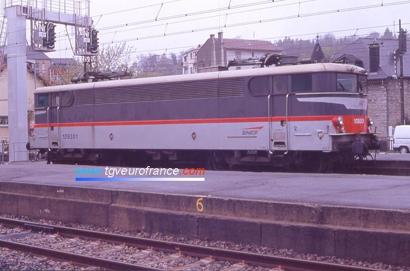 Une locomotive BB 9300 en livrée Multiservice / Corail+ (la BB 9301 SNCF) en gare de Lourdes