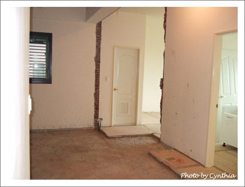 進客廳就看到主臥浴室門口了