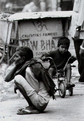 calcutta's famous (Monia Sbreni) Tags: street portrait people bw india monochrome asia strada noiretblanc zwartwit indian bn persone indie schwarzweiss kolkata bengal pretoebranco bianconero calcutta biancoenero reportage bengali bambino svartvitt blackandwithe sfidephotoamatori moniasbreni reportase