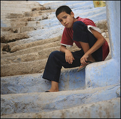 Junge in Chefchaoun (kaibue) Tags: boy portrait people stairs morocco chefchaoun